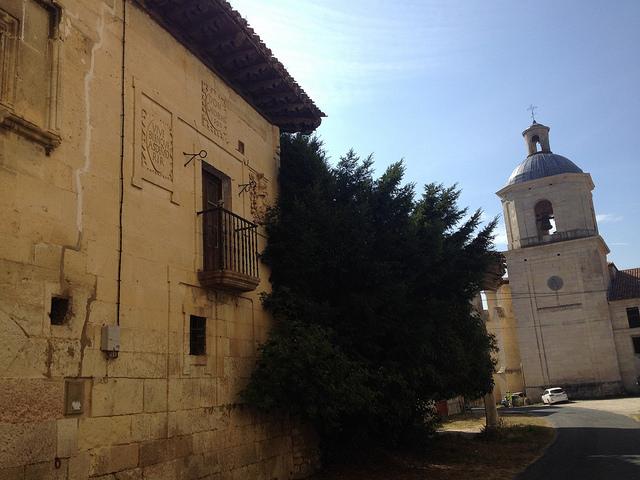 Palacio Zaldibar, en Valpuesta, con la colegiata al fondo