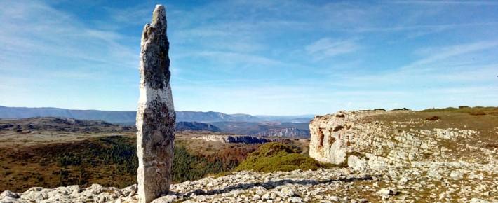 Menhir de El Gustal, 5.000 años después, sigue en Valderejo
