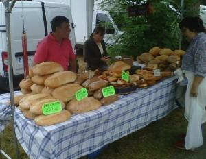 Kote y Bego venden el pan de Valpuesta en la Feria de Angosto